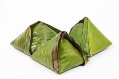 在香蕉叶子包裹的原始的传统nasi lemak 图库摄影
