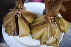 在香蕉叶子包裹的泰国甜点 免版税图库摄影
