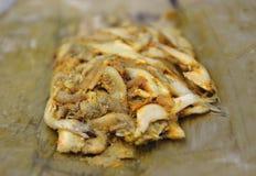 在香蕉叶子包裹的鱼 免版税库存图片