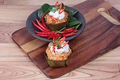 在香蕉叶子杯子电话& x22的放出的菜咖喱; 贺尔Mok J& x22;是辣泰国有机食品 库存图片