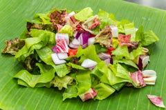 在香蕉叶子的切好的沙拉 免版税库存图片