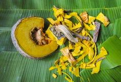 在香蕉叶子的南瓜切片 免版税库存图片