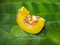 在香蕉叶子的南瓜切片 免版税图库摄影