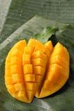在香蕉叶子的成熟芒果 免版税库存图片