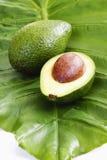 在香蕉叶子的新鲜的鲕梨 免版税库存图片