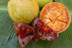 在香蕉叶子的新鲜的beal果子 半裁减beal果子 切片从干beal果子的果子橘子果酱 库存照片