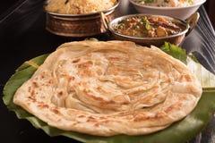 在香蕉叶子的热的Parotta有biryani、Paneer黄油Masala和炒饭的 免版税图库摄影