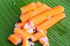 在香蕉叶子的螃蟹棍子 免版税库存图片