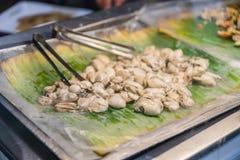 在香蕉叶子的被打开的新鲜的牡蛎 免版税库存照片
