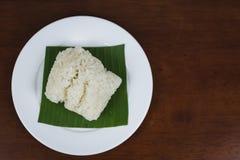 在香蕉叶子的黏米饭 免版税库存图片