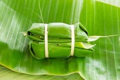 在香蕉叶子蒸的糯米(Khao汤姆席子或Khao汤姆P 库存图片