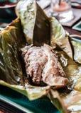 在香蕉的烤鱼生叶,老挝食物 库存照片