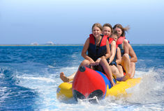 在香蕉船的人乘驾 免版税库存照片