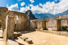 在马丘比丘的印加人墙壁,秘鲁,南美。多角形石工的例子。在古老印加人的著名32个角度石头 免版税库存照片