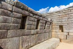 在马丘比丘的印加人墙壁,秘鲁,南美。多角形石工的例子。著名32个角度石头 免版税图库摄影