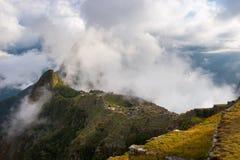 在马丘比丘的第一阳光从开头云彩 免版税库存照片