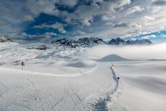 在马东纳-迪坎皮利奥滑雪胜地,意大利阿尔卑斯附近的滑雪倾斜 免版税库存照片