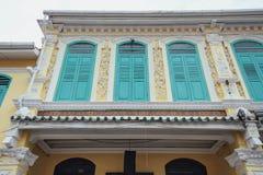 在马六甲市装饰的白色和蓝色中国殖民地大厦,马六甲,马来西亚 库存照片