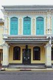 在马六甲市装饰的白色和蓝色中国殖民地大厦,马六甲,马来西亚 免版税库存图片