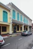 在马六甲市装饰的白色和蓝色中国殖民地大厦,马六甲,马来西亚 免版税库存照片