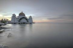 在马六甲海峡清真寺的日出 免版税图库摄影