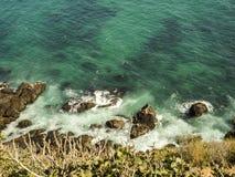 在马利布、绿宝石和大海的封印在峭壁围拢的相当天堂海滩 Dume小海湾,马利布,加利福尼亚,加州 库存照片