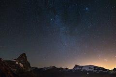 在马塔角Cervino山峰的美妙的满天星斗的天空和杜富尔峰冰川,著名滑雪胜地在瓦莱达奥斯塔,意大利  库存图片
