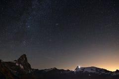 在马塔角Cervino山峰的美妙的满天星斗的天空和杜富尔峰冰川,著名滑雪胜地在瓦莱达奥斯塔,意大利  免版税图库摄影