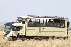 在马塞人玛拉大草原草原的徒步旅行队公共汽车 库存照片