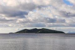 在马娜海岛上的日落在斐济 库存图片