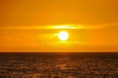在马娜海岛上的日落在斐济 免版税库存图片