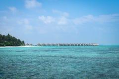 在马尔代夫海岛上的水别墅在好早晨 免版税图库摄影