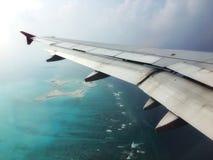 在马尔代夫热带海滩的环礁与从飞机视图的蓝色海 免版税图库摄影