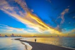 在马尔代夫的海岛上的日落浪漫史 图库摄影