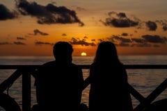 在马尔代夫,在海滩的一对夫妇的日落 库存照片
