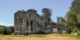 在马尔多纳多,乌拉圭的被放弃的产业大厦 库存图片