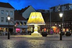在马尔摩,瑞典Lilla Torg广场的巨型灯  库存照片