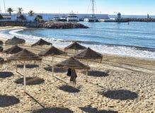 在马尔韦利亚时髦的镇太阳海岸的西班牙使场面靠岸 免版税库存照片