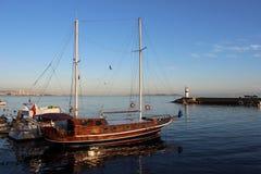 在马尔马拉海岸的小船 免版税库存照片