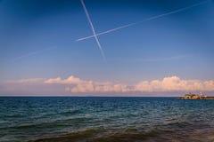 在马尔马拉-土耳其的蓝天的Chemtrails 免版税库存照片