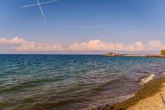 在马尔马拉-土耳其的蓝天的Chemtrails 免版税库存图片