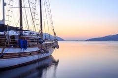 在马尔马里斯港海口的唯一小船在日出期间 库存照片