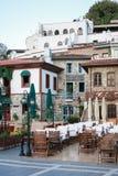 在马尔马里斯港老街道上的室外餐馆  免版税库存图片