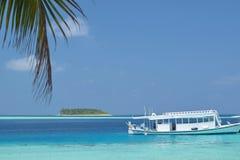 在马尔代夫停放的客船 免版税库存图片