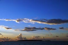 在马尔代夫海岛视图的日落 库存图片