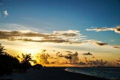在马尔代夫海岛视图的日落 图库摄影