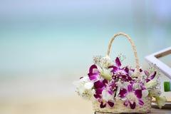 在马尔代夫海滩的婚礼花 库存照片