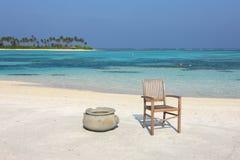 在马尔代夫海滩的椅子 库存图片