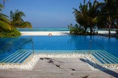 在马尔代夫海滩的游泳池 免版税库存照片