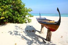 在马尔代夫海滩的独木舟 免版税库存图片